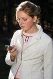 Téléphone portable de fixation de femme Photos libres de droits