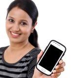 Téléphone portable de fixation de jeune femme photo stock