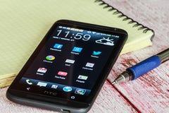 Téléphone portable de HTC avec des applications d'Android photographie stock libre de droits