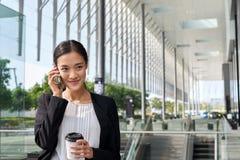 Téléphone portable de pause-café de femme d'affaires Photos stock