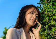 Téléphone portable de prise de fille Image libre de droits