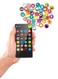 Téléphone portable de prise de main avec les icônes colorées d'application Images stock