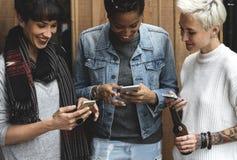 Téléphone portable de prise de mains d'amies de femmes Photo libre de droits
