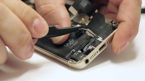 Téléphone portable de réparation principal masculin banque de vidéos