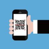 Téléphone portable en code de qr de balayage de main d'homme d'affaires Photos libres de droits