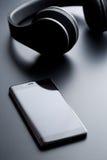 Téléphone portable et écouteurs sans fil Photographie stock libre de droits