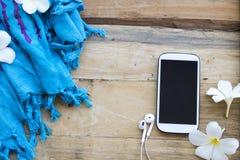 Téléphone portable et accessoires de femme de lifesyle photos stock