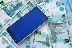 Téléphone portable et argent Photos stock