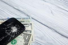Téléphone portable et argent cassés modernes sur le fond en bois blanc Copiez l'espace Vue supérieure Photos libres de droits