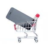 Téléphone portable et caddie photographie stock libre de droits