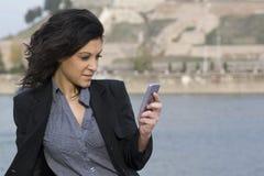 Téléphone portable et rivière Photo stock