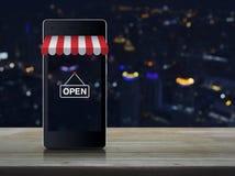 Téléphone portable intelligent moderne avec sur la ligne graphique de magasin d'achats photographie stock libre de droits