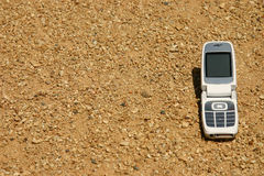 Téléphone portable mobile dans le désert images stock