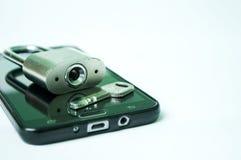Téléphone portable noir avec le cadenas et clé d'isolement photographie stock libre de droits