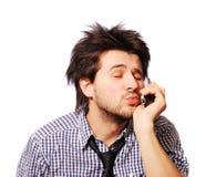Téléphone portable parlant d'homme drôle et baiser de soufflement Photos libres de droits
