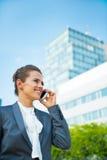 Téléphone portable parlant de femme d'affaires Photographie stock libre de droits