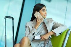 Téléphone portable parlant de femme d'affaires Photos stock