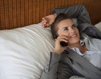 Téléphone portable parlant de femme d'affaires dans la chambre d'hôtel Image stock