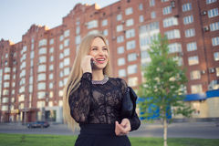 Téléphone portable parlant de femme d'affaires sur la rue Image libre de droits