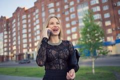 Téléphone portable parlant de femme d'affaires sur la rue Image stock
