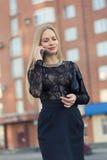 Téléphone portable parlant de femme d'affaires sur la rue Photographie stock libre de droits