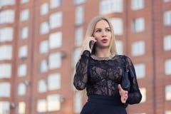 Téléphone portable parlant de femme d'affaires sur la rue Photo stock