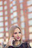 Téléphone portable parlant de femme d'affaires sur la rue Photo libre de droits