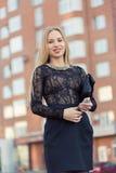 Téléphone portable parlant de femme d'affaires sur la rue Images stock