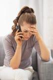Téléphone portable parlant de jeune femme frustrante Photographie stock