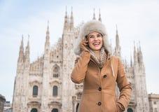 Téléphone portable parlant de touristes de sourire de femme près de Duomo, Milan Photographie stock