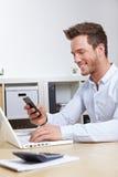Téléphone portable se connectant d'homme d'affaires Photo stock