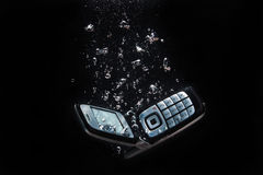 Téléphone portable sous l'eau Images stock