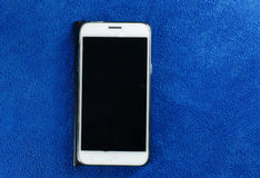 Téléphone portable sur l'écran bleu Image libre de droits