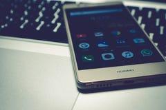 Téléphone portable sur l'ordinateur portatif Image stock