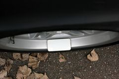 Téléphone portable sur la roue d'une voiture image stock