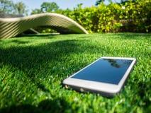 Téléphone portable sur un champ d'herbe artificiel Image stock