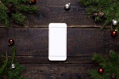 Téléphone portable sur une table en bois avec un arbre de Noël et une décoration de chrismas photographie stock