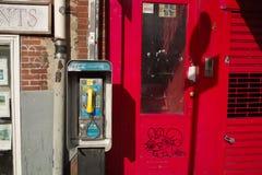 Téléphone public dans la rue de New York City photo stock