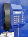 Téléphone public de rue bleue, panneau de numéros, instruction-macro Photographie stock libre de droits