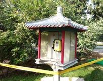 Téléphone public en parc Photos stock