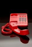 Téléphone rouge sur la glace noire Photo stock