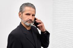 Téléphone sûr de participation d'homme, regardant la caméra photos libres de droits