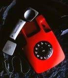 Téléphone sur la roche noire images libres de droits