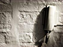 Téléphone sur le mur affligé image libre de droits