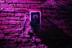 Téléphone sur le mur de briques Photo stock