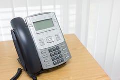 Téléphone sur le travail de table du service d'étage Photos libres de droits