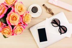 Téléphone, verres, montre sur le bureau Images stock