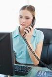 Téléphoner de froncement de sourcils chic de femme d'affaires Image stock