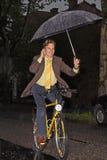 Téléphoner sous la pluie Image libre de droits