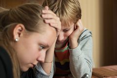 Téléphones désireux d'enfants image libre de droits